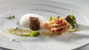 Salmonete con cristales de escamas comestibles, rabo, una ensalada marina con sésamo y frutos secos