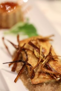 Lingote de cogomelos con crocante de porros, cama de moussel e flan de castañas