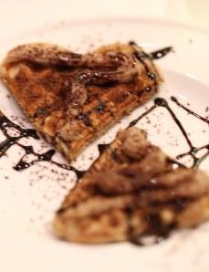 Gofre feita con cervexa de trigo (apto para celíacos) cuberto de crema doce de castañas e labras de chocolate